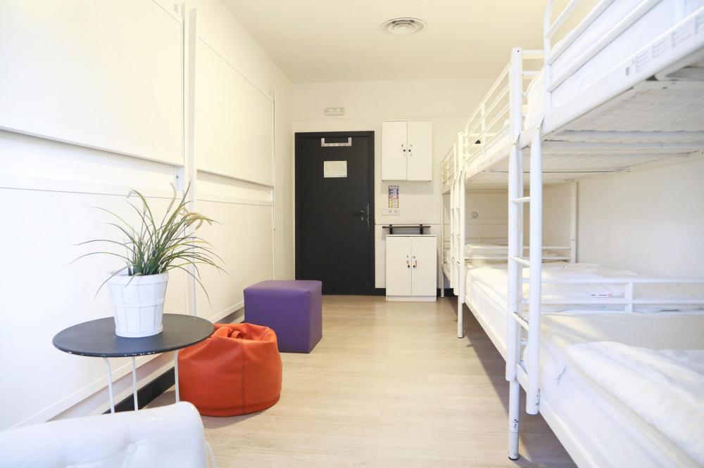 8 hengen huone sekoitettu