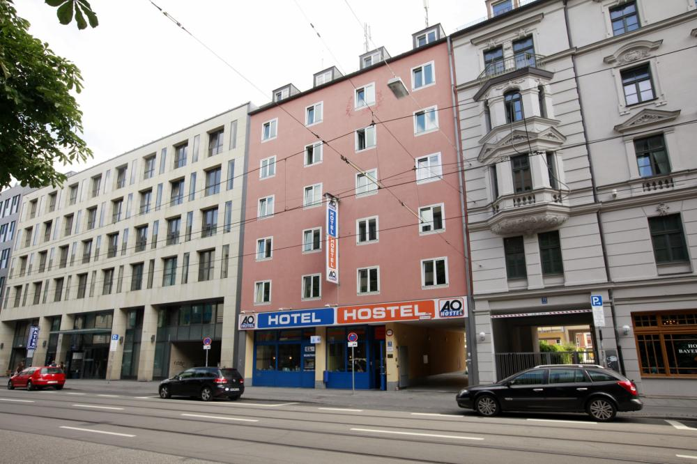 A & O Münchenin pääaseman hostellirakennus