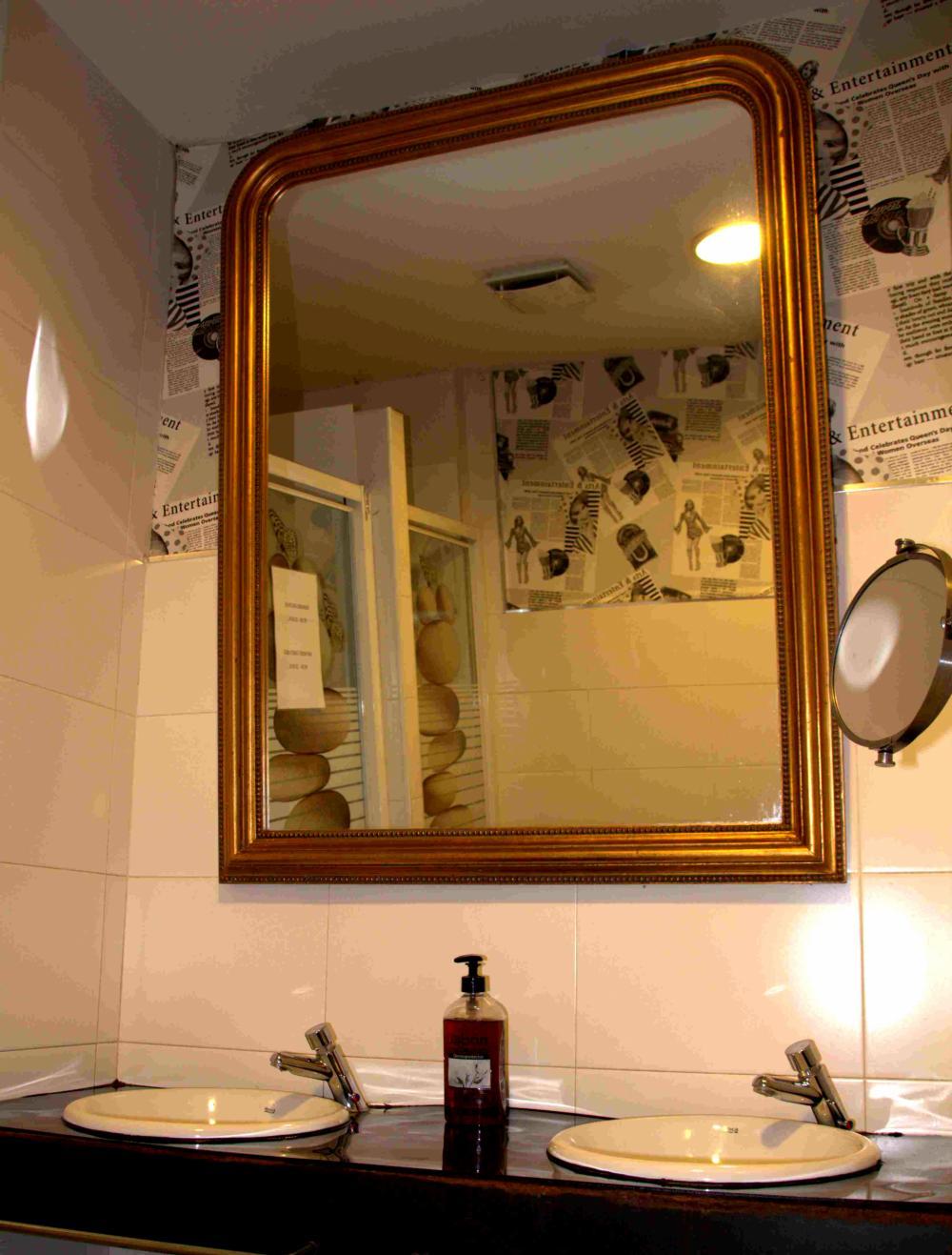 kylpyhuone kahden hengen huone