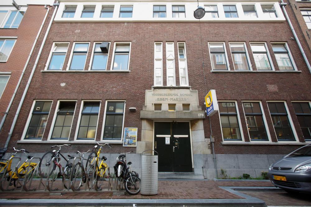 Rakennuksemme on entinen alakoulu ja se edustaa klassista amsterdamilaista arkkitehtuuria
