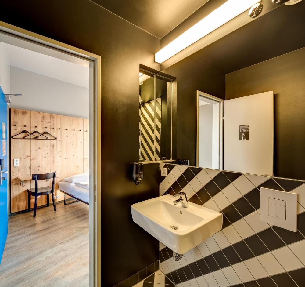 näyte kylpyhuoneessa ja kahden hengen vuodevaatteet huoneessa