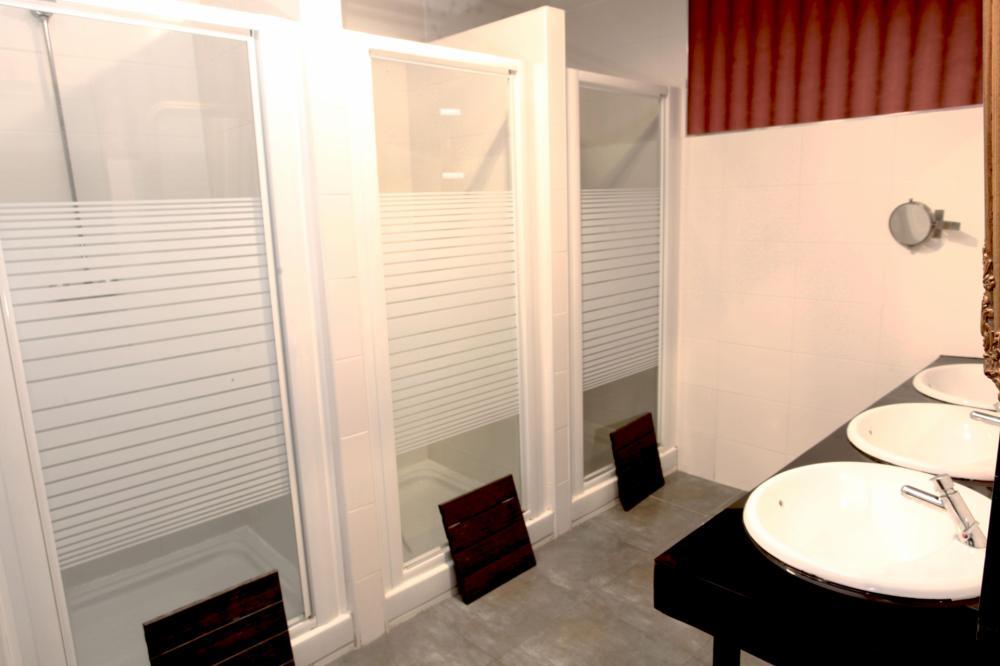 jaettu kylpyhuone sekoitettu huone
